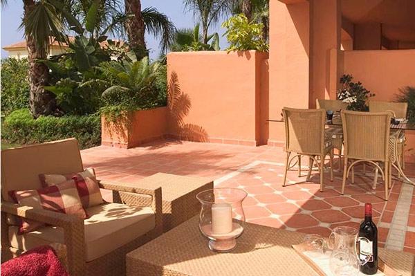 简介 这个美丽和高品质的私人别墅区,连同其郁郁葱葱的热带花园位于波多黎各巴努斯和马贝拉之间的黄金地带。地中海和周围群山的壮丽景色无疑成为这一房产得天独厚的优势。 所有房产(联排别墅)不仅建造质量过硬,而且设计新颖、人性化。每套别墅都由3层组成,地下一层有窗户,可以透过窗户看到整个花园,一层由一个私人花园、2个阳台和客厅组成;二楼有3间卧室和2间浴室;阳光露台和烧烤区域铺设了夹板式地板。